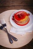 Pancake americani con l'inceppamento di lampone su un fondo di legno, concetto di pubblicità dell'alimento Primo piano, fuoco sel Immagine Stock Libera da Diritti
