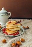 Pancake bianco con cioccolato ed il melograno Immagini Stock