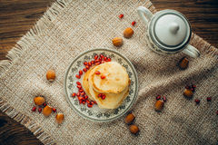 Pancake bianco con cioccolato ed il melograno Immagine Stock Libera da Diritti