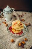 Pancake bianco con cioccolato ed il melograno Fotografie Stock Libere da Diritti