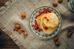 Pancake bianco con cioccolato ed il melograno Fotografia Stock Libera da Diritti