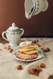 Pancake bianco con cioccolato ed il melograno Immagine Stock