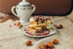 Pancake bianco con cioccolato ed il melograno Immagini Stock Libere da Diritti