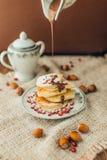 Pancake bianco con cioccolato ed il melograno Fotografie Stock