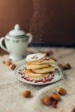 Pancake bianco con cioccolato ed il melograno Fotografia Stock