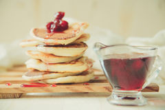 Pancake caldi freschi isolati su un bianco Fotografia Stock Libera da Diritti