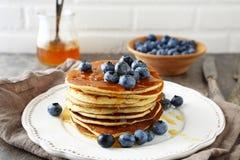 Pancake caldi in pila con le bacche Fotografia Stock Libera da Diritti
