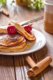 Pancake casalinghi con Cherry Cinnamon e miele per una prima colazione Fotografie Stock Libere da Diritti