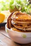 Pancake casalinghi con Cherry Cinnamon e miele per una prima colazione Immagini Stock Libere da Diritti