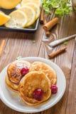 Pancake casalinghi con Cherry Cinnamon e miele per una prima colazione Fotografia Stock Libera da Diritti