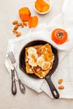 Pancake casalinghi con i frutti su fondo bianco Vista superiore Fotografie Stock