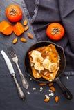 Pancake casalinghi con i frutti su fondo scuro Vista superiore Immagini Stock