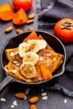 Pancake casalinghi con i frutti su fondo scuro Vista superiore Fotografie Stock