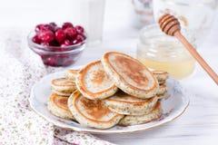 Pancake casalinghi con i semi di papavero con miele per la prima colazione sana saporita fotografia stock