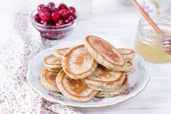Pancake casalinghi con i semi di papavero con miele per la prima colazione sana saporita fotografie stock