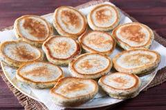 Pancake casalinghi con i semi di papavero per la prima colazione sana saporita fotografie stock