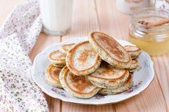 Pancake casalinghi con i semi di papavero per la prima colazione sana saporita immagini stock