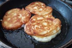 Pancake casalinghi con la mela immagini stock