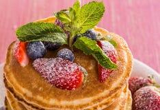 Pancake casalinghi con le bacche e la frutta Fotografia Stock Libera da Diritti