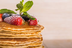 Pancake casalinghi con le bacche e la frutta Immagini Stock Libere da Diritti