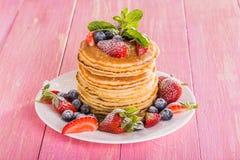 Pancake casalinghi con le bacche e la frutta Fotografia Stock
