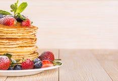 Pancake casalinghi con le bacche e la frutta Immagine Stock
