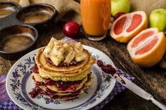 Pancake casalinghi con le banane Fotografia Stock Libera da Diritti