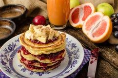 Pancake casalinghi con le banane Immagini Stock Libere da Diritti