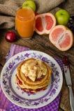 Pancake casalinghi con le banane Fotografie Stock Libere da Diritti