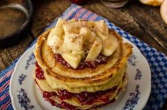 Pancake casalinghi con le banane Fotografia Stock