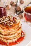 Pancake casalinghi con le noci e l'inceppamento di fragola Immagine Stock