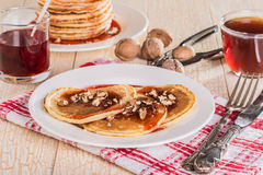 Pancake casalinghi con le noci e l'inceppamento di fragola Immagine Stock Libera da Diritti