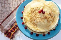 Pancake casalinghi decorati con le bacche del mirtillo rosso Alimento fotografie stock libere da diritti