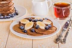 Pancake casalinghi del cioccolato con le bacche e la banana Immagini Stock Libere da Diritti