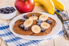 Pancake casalinghi del cioccolato con le bacche e la banana Fotografia Stock Libera da Diritti