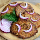 Pancake casalinghi del fegato di pollo con le verdure su un bordo di legno Pancake arrostiti del fegato di pollo con la carota e  immagine stock