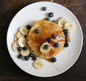 Pancake casalinghi della banana del mirtillo Fotografia Stock Libera da Diritti