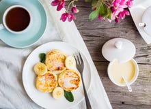 Pancake casalinghi della ricotta con la banana, latte condensato, Br immagini stock