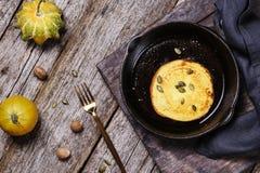 Pancake casalinghi della zucca sulla padella del ghisa Fotografia Stock Libera da Diritti