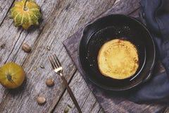 Pancake casalinghi della zucca sulla padella del ghisa Immagini Stock
