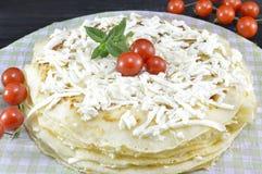 Pancake casalinghi impilati sul piatto Immagini Stock