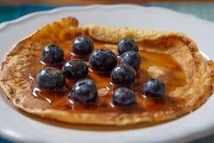 Pancake casalingo con i mirtilli e lo sciroppo d'acero freschi Fotografie Stock
