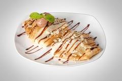 Pancake completati con il gelato immagini stock