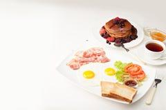Pancake con bacon e le uova Immagine Stock