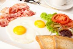 Pancake con bacon e le uova Fotografie Stock Libere da Diritti