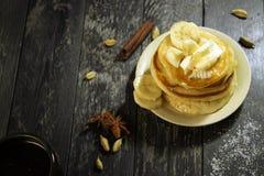 Pancake con burro e miele su un fondo nero Immagine Stock