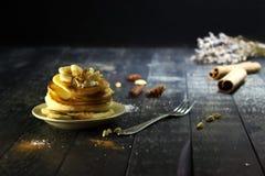 Pancake con burro e miele su un fondo nero Fotografia Stock Libera da Diritti