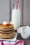 Pancake con burro, miele e latte, prima colazione dolce Immagini Stock