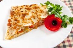 Pancake con carne e le verdure su un piatto bianco immagini stock