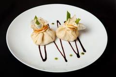Pancake con carne su un fondo nero, un menu del ristorante, una bella presentazione Fotografia Stock